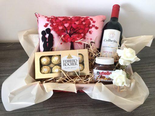 Cesta Romântica com Chocolate Ferrero Rocher e Vinho